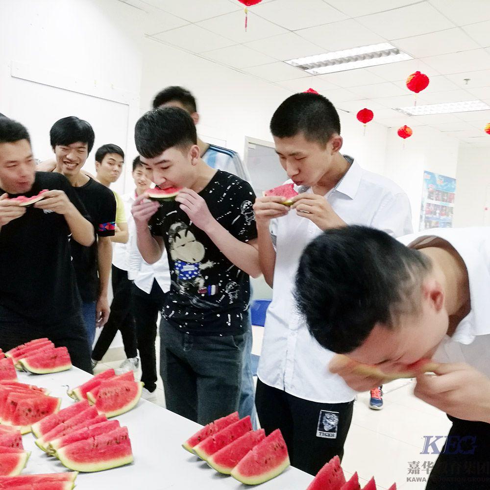 广州新嘉华学校吃西瓜大赛火爆上演